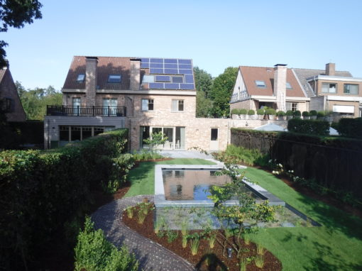 Natuurlijk gezuiverd monoblock zwembad in gezellige tuin